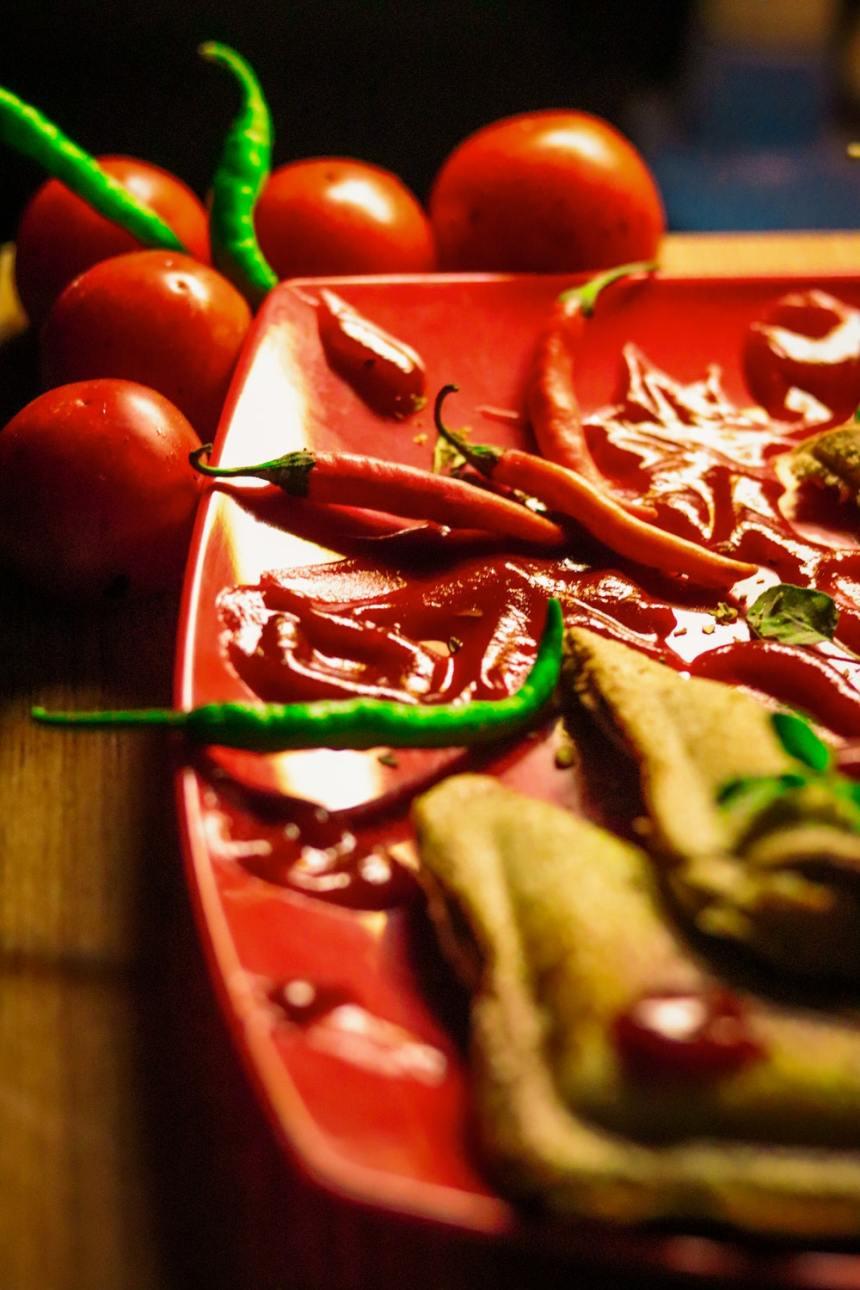 Un piatto con peperoncini