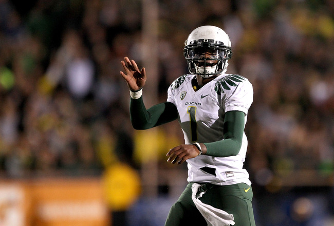 BERKELEY, CA - NOVEMBER 13:  Darron Thomas #1 of the Oregon Ducks motions for a first down that clinched their game against the California Golden Bears at the end of the fourth quarter at California Memorial Stadium on November 13, 2010 in Berkeley, California.  (Photo by Ezra Shaw/Getty Images)