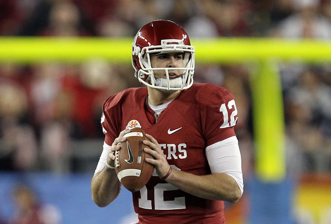 GLENDALE, AZ - JANUARY 01:  Landry Jones #12 of the Oklahoma Sooners looks to throw the ball against the Connecticut Huskies during the Tostitos Fiesta Bowl at the Universtity of Phoenix Stadium on January 1, 2011 in Glendale, Arizona.  (Photo by Ronald Martinez/Getty Images)