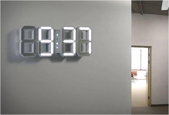Infatti, c'è sempre una maggior attenzione per tutti quegli oggetti che andranno a decorare la casa e gli orologi da parete. White White Clock