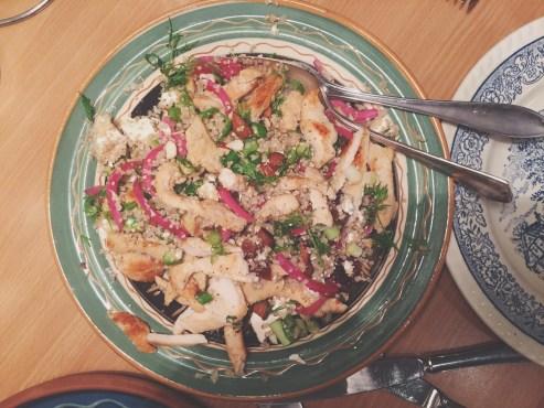 Quinoasalat med kylling, mandler og syltede rødløg