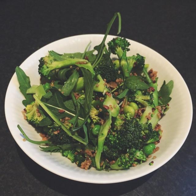 Grøn salat med quinoa, broccoli og edamamebønner