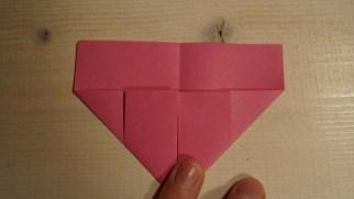 Vend papiret og fold de nederste hjørner ind mod midten.