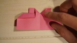 Vend papiret. Fold ''kanten'' ud i begge sider.