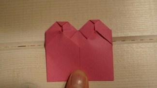 Fold siderne ind til midten.