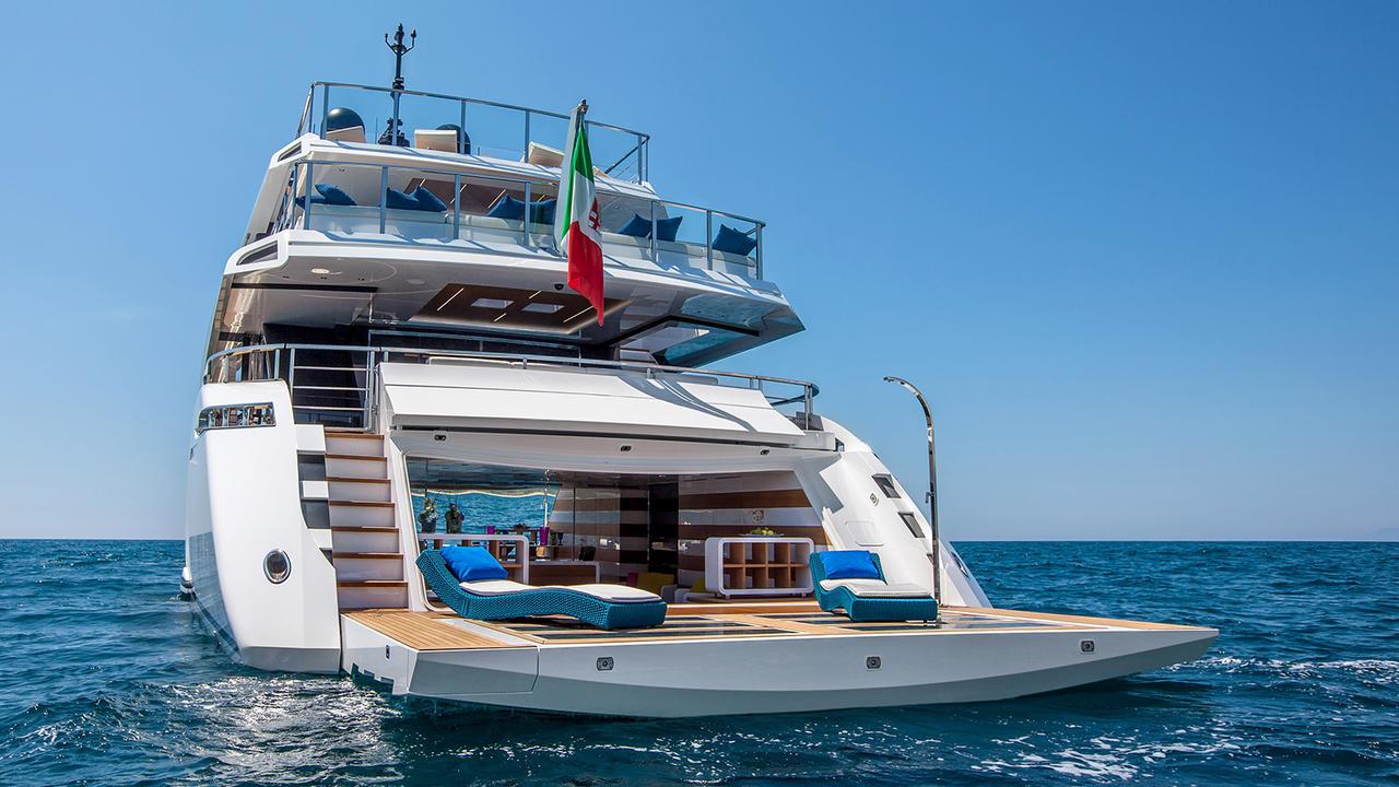 Top 5 Smart Ways The Mangusta Oceano 42 Uses Glass Boat