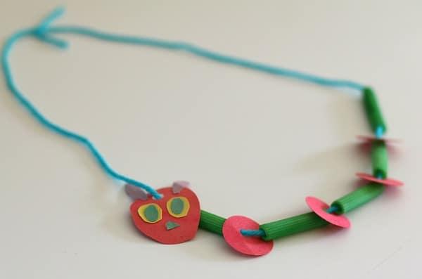 Artesanía para niños: el muy hambriento Caterpillar Collar ~ Buggy and Buddy