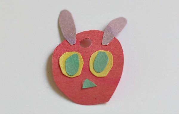 Artesanías para niños- muy hambrienta Caterpillar hecha de papel de construcción