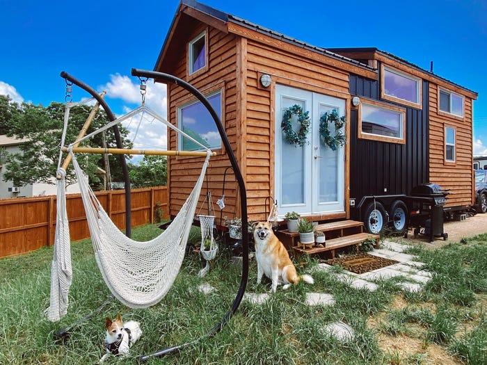 Ihr Tiny House hat eine Küche und viele Fenster, Sie haben außerdem ein loftartiges Schlafzimmer auf einer Etage und sogar eine Sauna. 4