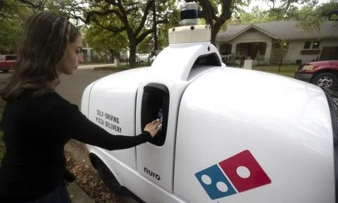 El robot R2 de Nuro entrega una pizza de Domino's