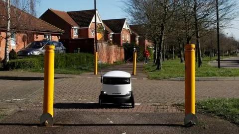 El robot de reparto Starship, de camino a entregar un pedido en Londres
