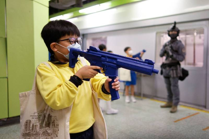 "Australia-Hong Kong ""National Security Education Day"" students put on professional equipment to experience violence suppression 