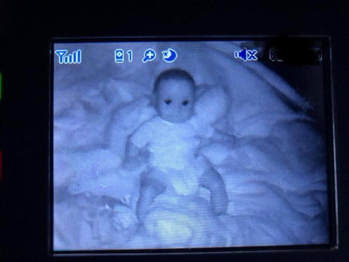 El monitor que le muestra a su bebé se prendió solo y quedó horrorizada con la imagen
