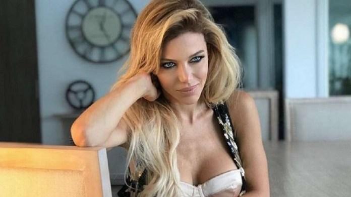 Bikini negra y pose sexy, la foto de Evangelina Anderson que causó furor en pleno verano europeo