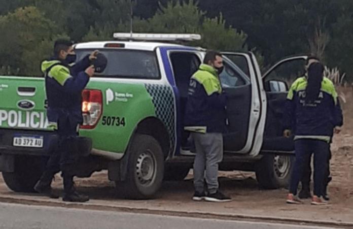 Rompió la cuarentena y se disfrazó de policía para visitar a su novia en Villa Gesell