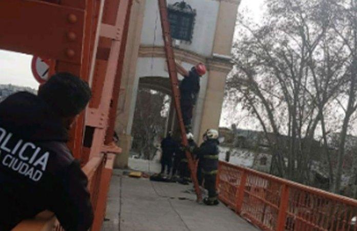 Un hombre quiso arrojarse desde el Puente Alsina: los bomberos pudieron rescatarlo