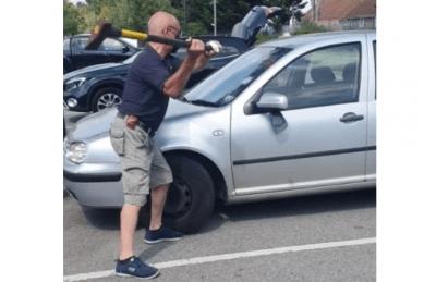 Un hombre rompió la ventana de un auto con un hacha para salvar a un perrito durante una ola de calor