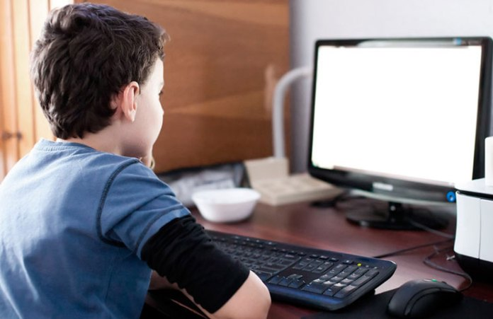 Pensó que tenia el micrófono apagado e insultó a su maestra en clase online