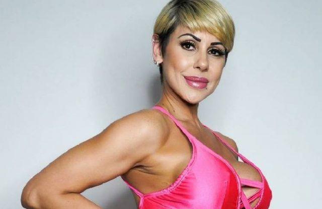 Mónica Farro deslumbró con un estridente look.