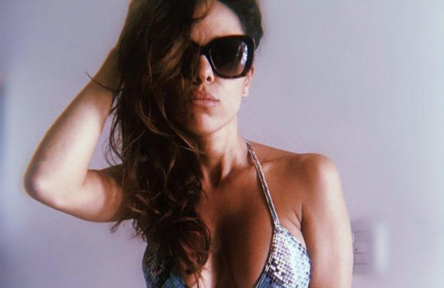 En topless y boca abajo, Barby Silenzi hipnotizó con una foto tomando sol al filo de la pileta