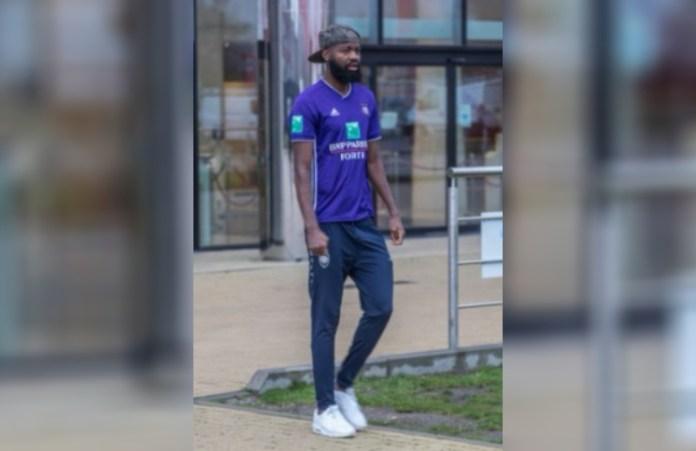 Un futbolista fue a entrenar con la camiseta del clásico rival porque no lo quieren vender