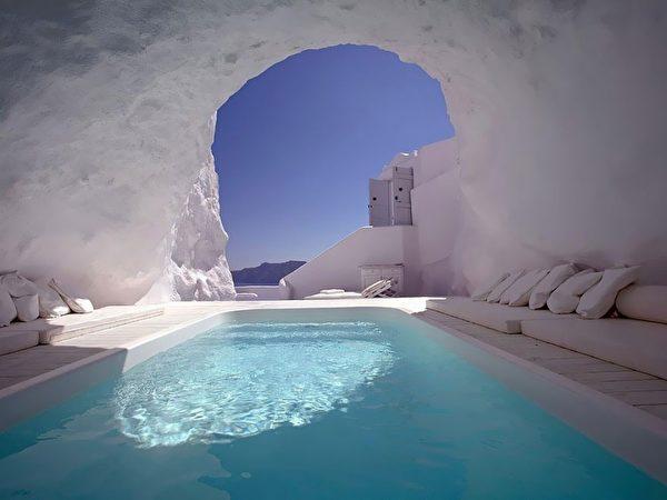 Katikies-Hotel-Oia-Greece01-e1508390345470.jpg