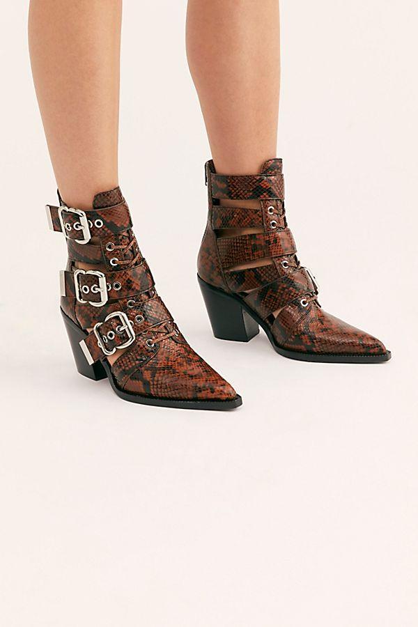 7 Shoe Styles Fashion Girls Wear With Miniskirts