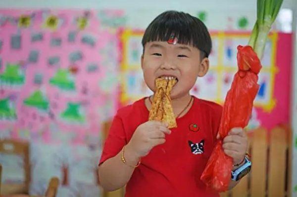開學第一天,小男孩背著「兩根蔥」去上學,看到書包裡的東西後網友都笑翻了!