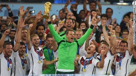 Germania portiere Neuer solleva la Coppa del Mondo con la sua squadra dopo la sconfitta Argentina 1-0 nella Coppa del Mondo 2014 finale.