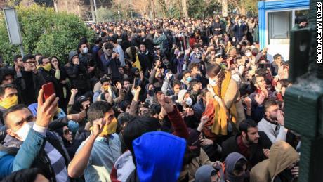 Manifestantes iraníes desafiantes frente a & # 39; peores & # 39; represión en una década