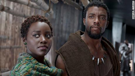 Chadwick Boseman และ Lupita Nyong & # 39; o แสดงใน & # 39; Black Panther & # 39;