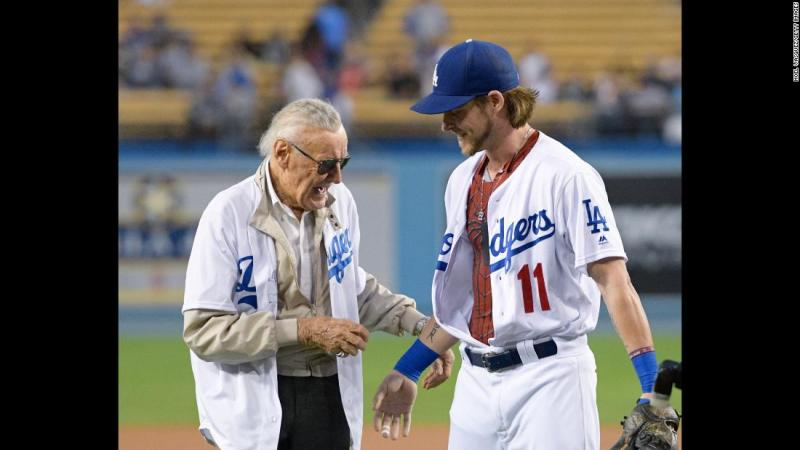 Lee poses with Los Angeles Dodgers pitcher Josh Reddick after throwing out the ceremonial first pitch at a game in 2016.