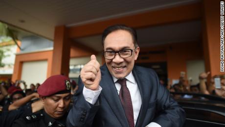 Anwar Ibrahim, homme politique malaisien, libéré après la grâce royale