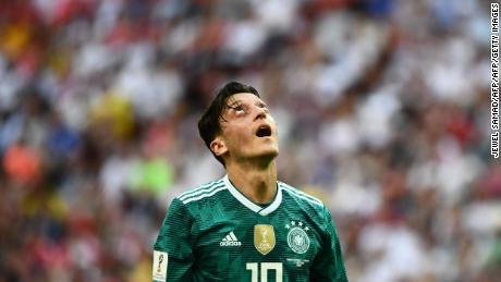Ozil réagit lors du dernier match de la Coupe du monde de l'Allemagne, contre la Corée du Sud. Les détenteurs ont perdu 2-0, s'écroulant du tournoi.