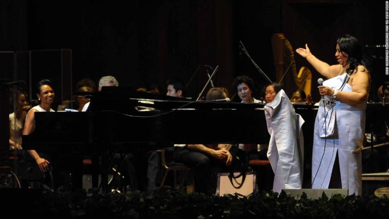 Franklin during a 2010 concert, accompanied by former Secretary of State Condoleezza Rice (far left) at the piano and the Philadelphia Orchestra.