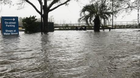 Une partie du centre-ville de Wilmington, en Caroline du Nord, est inondée par l'eau de la rivière gonflée Cape Fear.