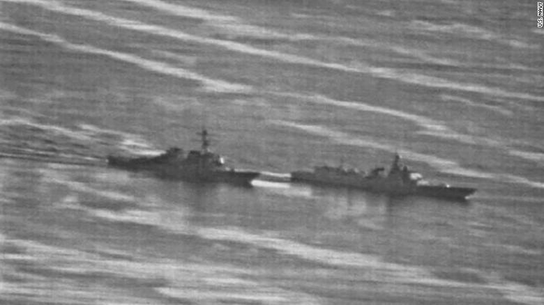 """Neste ponto, o navio dos EUA """"bateu nos freios"""" e se moveu para a direita para evitar colidir com a embarcação chinesa, disse Schuster."""