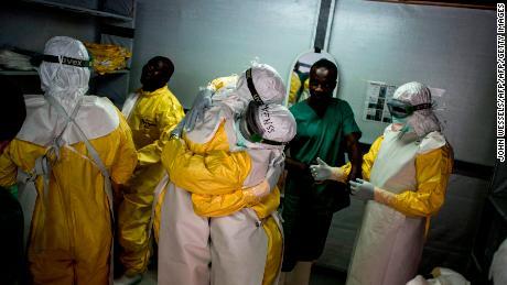 El primer ensayo de tratamiento de ébola en su tipo en marcha en el Congo a medida que el brote supera los 400 casos