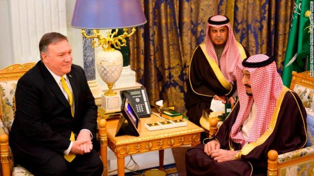 O rei Salman bin Abdulaziz, da Arábia Saudita, encontra-se com o secretário de Estado dos EUA, Mike Pompeo, no Royal Court, em Riad.