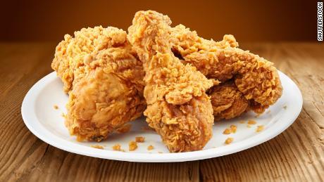 Según un estudio, una porción de pollo frito al día se relaciona con un 13% más de riesgo de muerte