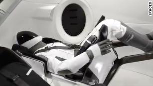 & # 39; astronauta & # 39;  manequim Ripley cavalga a bordo do Space Crew Dragon com destino a estação espacial