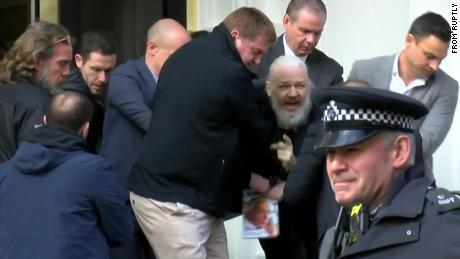 Assange wurde am 11. April festgenommen, nachdem Ecaduor sein Asyl zurückgezogen und die britische Polizei in seine Botschaft eingeladen hatte.