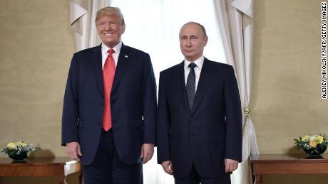 Il Presidente americano Donald Trump (a sinistra) e il Presidente russo Vladimir Putin, in posa davanti a una riunione di Helsinki, luglio 2018.