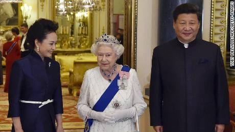The Queen accompanies Chinese President Xi Jinping and his wife, Peng Liyuan, during their state visit in 2015.