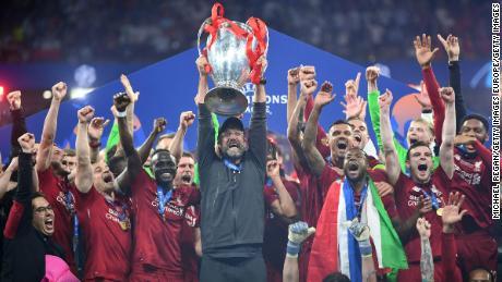Jurgen Klopp alza la Champions League dopo Liverpool battuto il Tottenham.