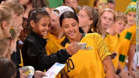 Sam Kerr Australia ottiene un selfie scattato con un giovane fan dopo il 2019 della Coppa delle Nazioni match tra Australia e la Repubblica di Corea al Suncorp Stadium il 3 Marzo, 2019 a Brisbane.