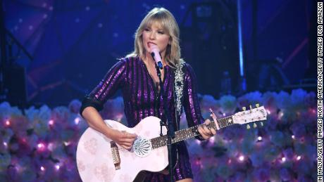 Taylor Swift performs for first time since Scooter Braun post