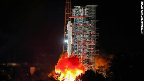 Am 8. Dezember hebt eine Long March 3B-Rakete von Xichang in Chinas südwestlicher Provinz Sichuan ab.
