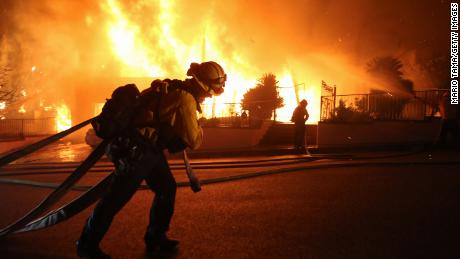 The Saddleridge fire lights up near a firefighter in Los Angeles & # 39; Porter Ranch District.