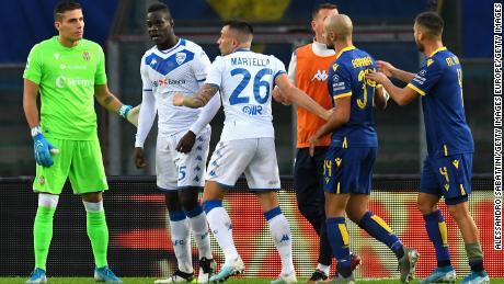 Mario Balotelli è stato sottoposto ad abuso razzista in un gioco a Verona la domenica.